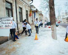 Уборка на камеру. Как молдавские телеканалы освещали флешмоб партии Шора перед офисом Санду