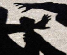 CМИ опубликовали видео жестокого избиения 16-летней девушки. Полиция задержала шестерых подозреваемых