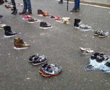 Зачем на главную площадь Кишинева принесли старую обувь? Спойлер — это протест