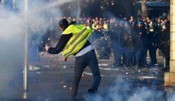 В Париже возобновились протесты «желтых жилетов». Полиция задержала 152 человека