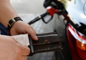 В Молдове бензин подешевел за год на 7,4%. Сколько топлива можно купить на среднюю зарплату?