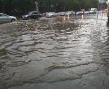 Конец потопу вовремя дождя? ВКишиневе наулице Албишоара чистят ливневую канализацию (ВИДЕО)