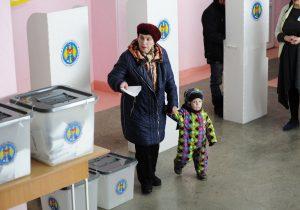 Молодежь сидит дома. Как жители Молдовы участвуют вместных выборах