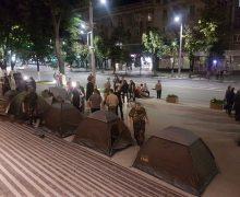 В Кишиневе неизвестные лица блокируют госучреждения. Полиции рядом нет. В 10 фото