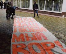 «Полиция Оргеева решила выслужиться перед мэром». Движение OccupyGuguță оспорило штраф, выписанный трем активистам