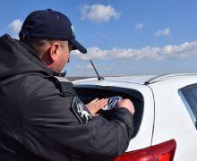 Дорожная полиция бесплатно раздает наклейкиMD водителям изПриднестровья