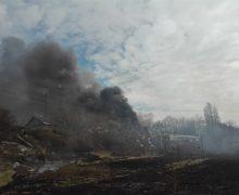 Как в Кишиневе загорелся склад металлолома, и как пожарные потушили огонь. В 10 фото