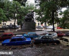 В Одессе ливень размыл дороги, а по пригороду пронесся мощный смерч. В одном видео и 6 фото