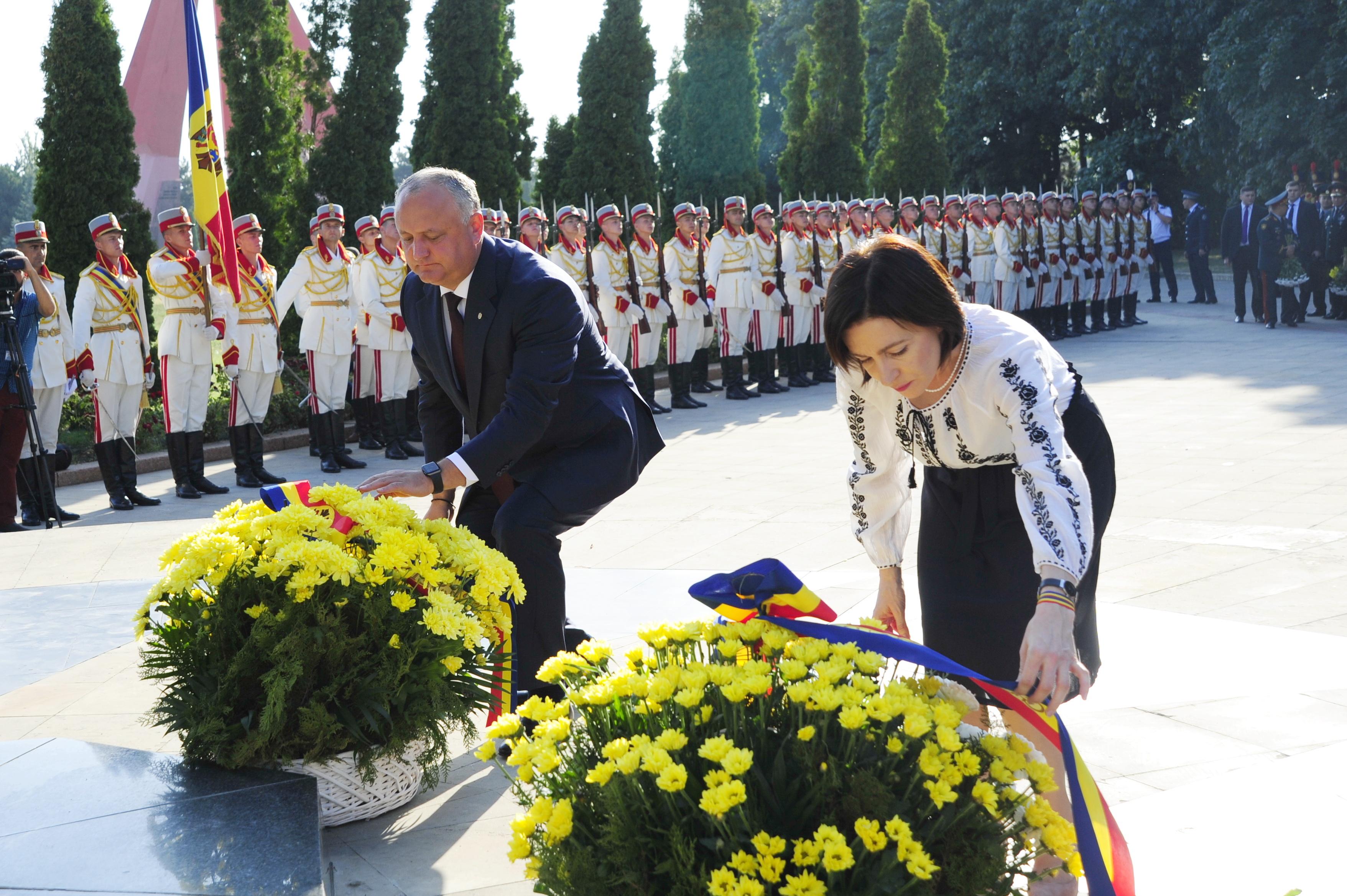 На мемориал вместе, к Штефану отдельно. Как Додон и Санду возлагали цветы