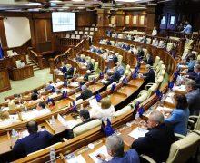 Парламент Молдовы отказался отпластиковых бутылок.Изчего теперь пьют депутаты?