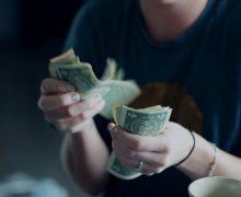 Доллар в Молдове упал ниже 17 леев. Как это влияет на цены и бизнес?