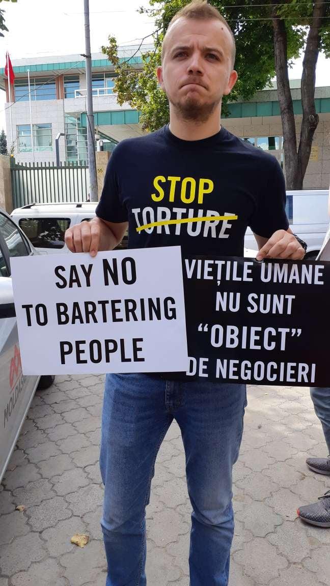 «Учителя — не террористы». У посольства Турции в Кишиневе прошла акция протеста