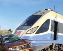 Поезд Кишинев-Одесса протаранил автомобиль. Один человек погиб