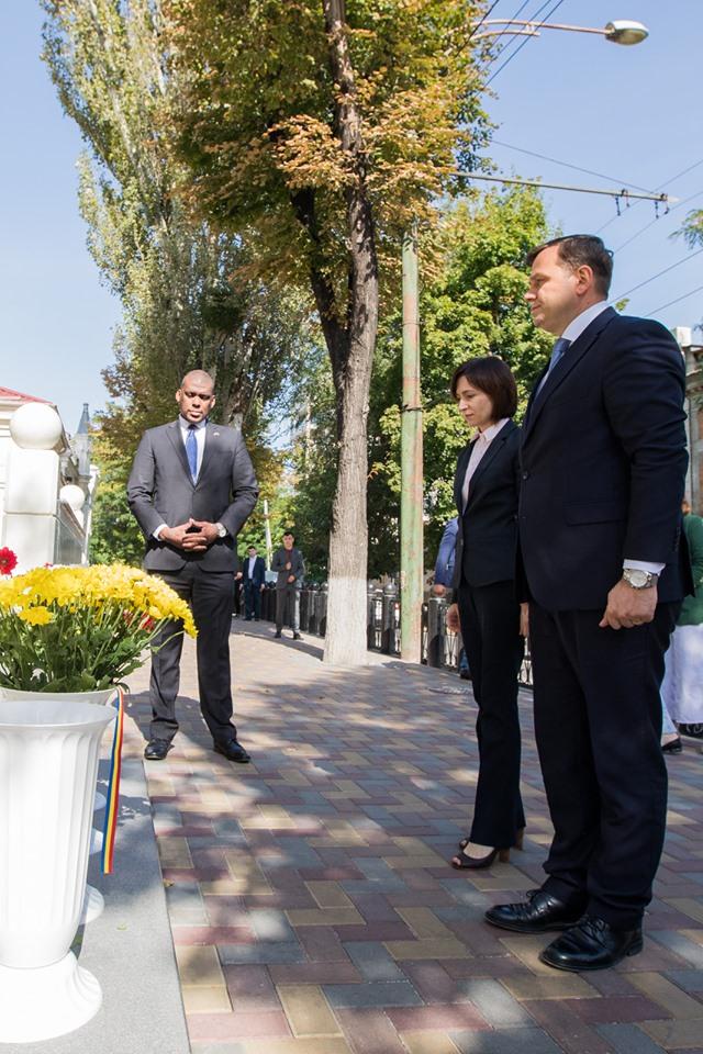 Санду иНэстасе возложили цветы кпосольству США впамять жертв терактов 11сентября 2001 года