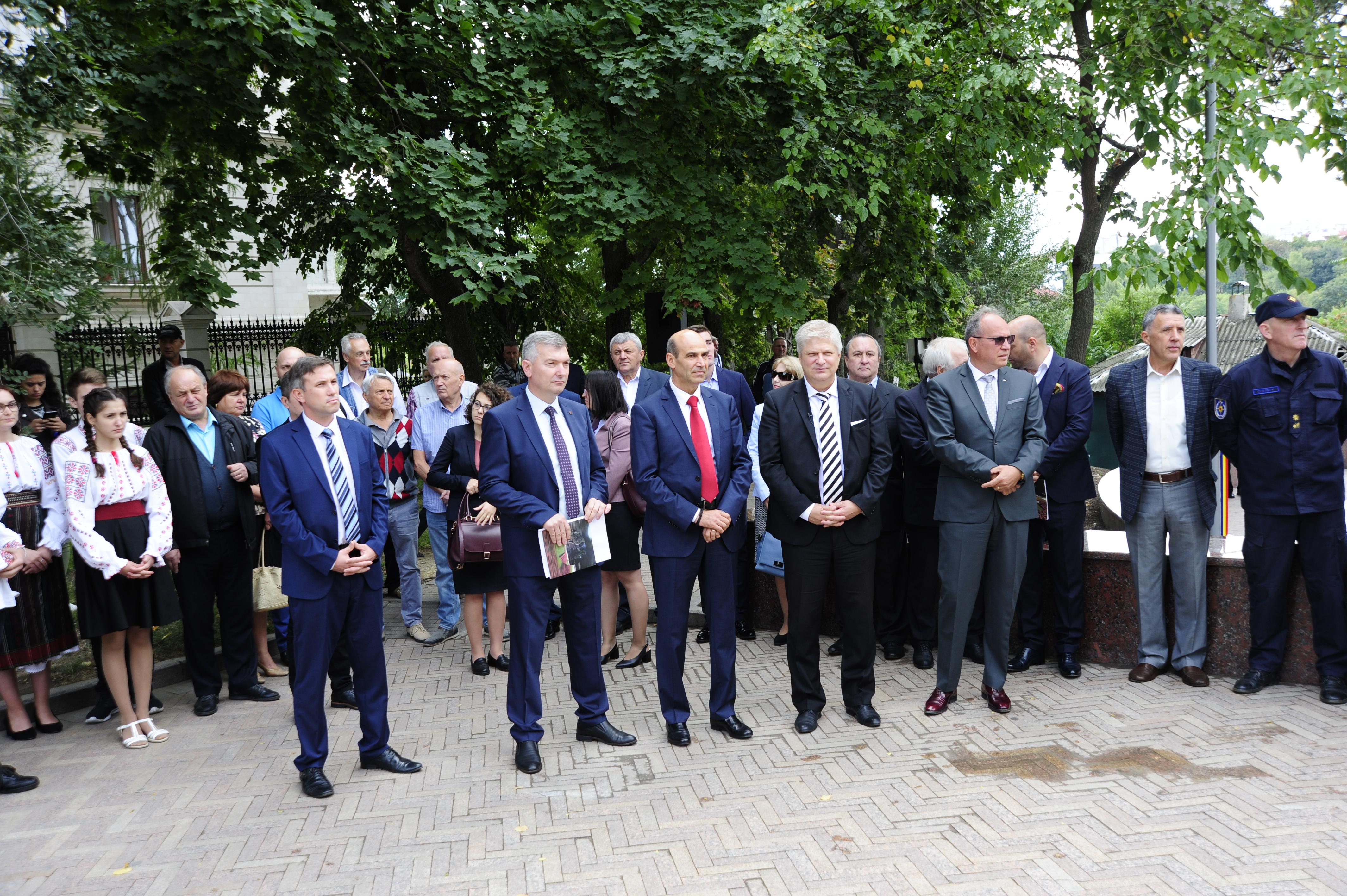 ВКишиневе впарке Валя Морилор прошло открытие гранитной лестницы. Фоторепортаж