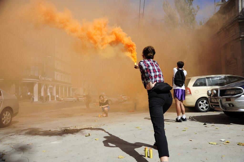 Как художник Павел Брэила зажег возле Республиканского стадиона «олимпийский огонь». Фоторепортаж NM