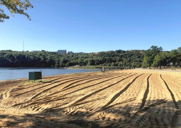 ВКишиневе впарке Valea Morilor чистят пляж. Мэрия применяет новый метод дезинфекции