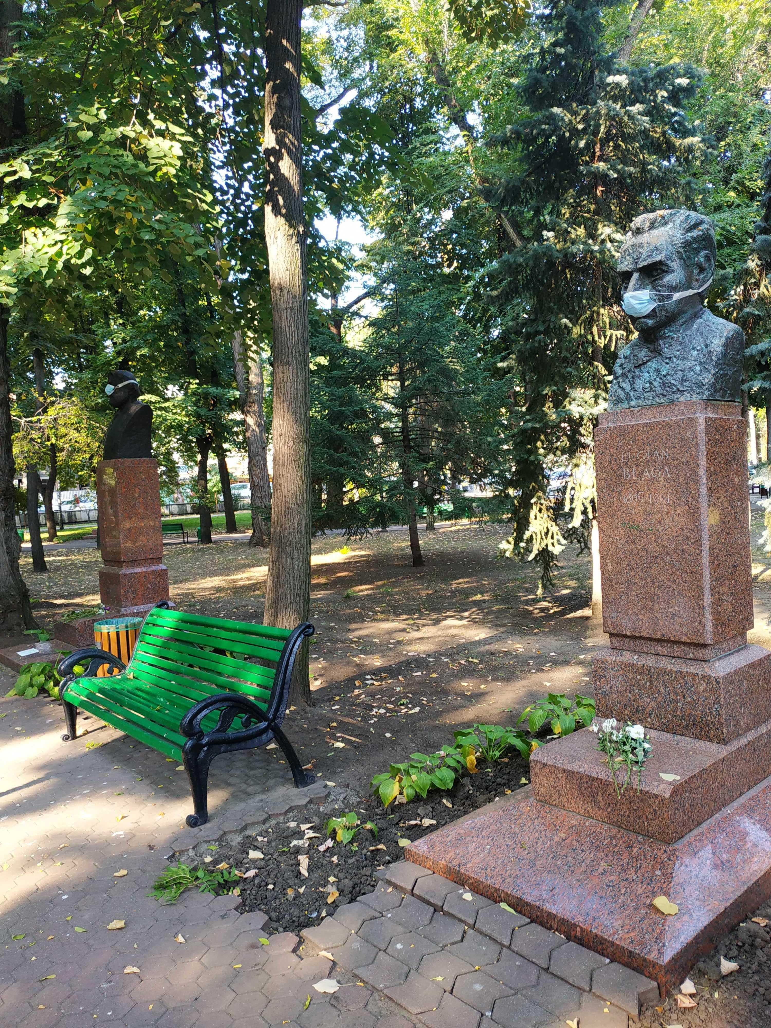 ВКишиневе наАллее классиков налица памятников писателям надели маски. Водном абзаце и3фото
