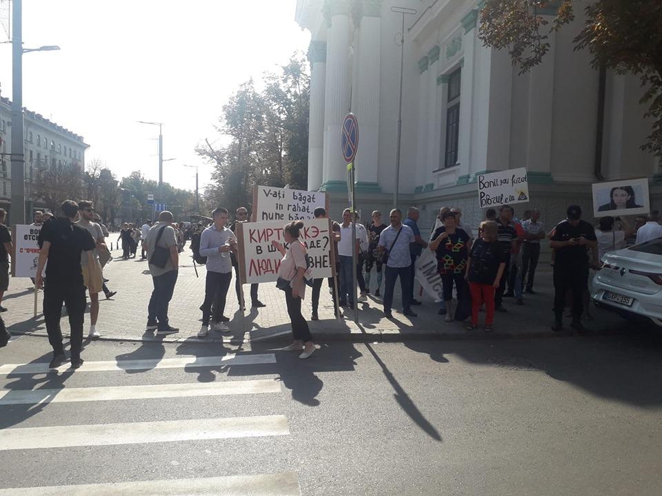 В Кишиневе прошла акция протеста против неприятного запаха в городе. Фоторепортаж