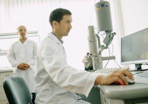 Știința – pentru tineri. Cum funcționează laboratorul de nanotehnologii din Moldova