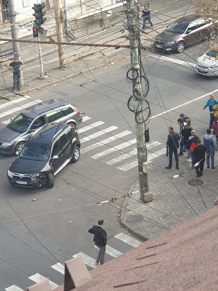 В центре Кишинева машина сбила пешехода на тротуаре. До этого она столкнулась с другим авто
