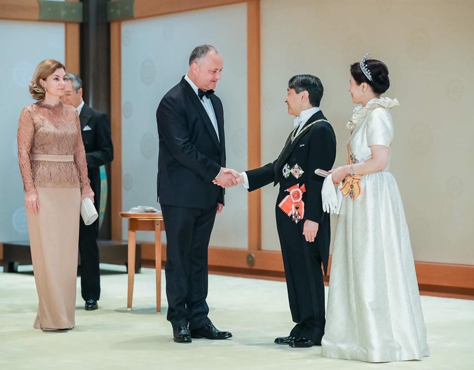 Таким Додона никто не видел. Как президент участвовал в церемонии интронизации императора Японии