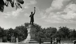 «Царь делил площадь с Лениным и звался Штефан чел Маре».…