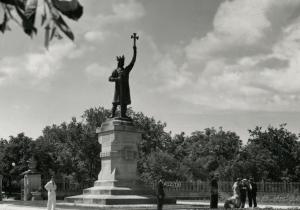 «Царь делил площадь с Лениным и звался Штефан чел Маре». Как Кишинев жил и менялся последние 100 лет