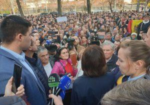 Санду и Нэстасе вышли к протестующим у парламента. Онлайн-трансляция
