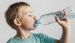 Все лучшее (не) детям. Какую воду пьют в детсадах Молдовы