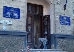 Дело мести. В Кишиневе мужчина разбил входную дверь в здании прокуратуры по особым делам