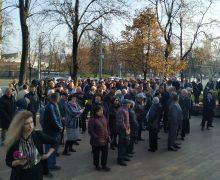 У здания парламента собрались сторонники правительства Санду. Онлайн-трансляция