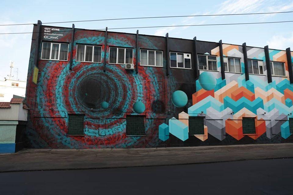 В Кишиневе художница расписала граффити стену троллейбусного парка. Фото