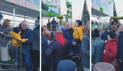 Додон прокатил детей на скандальной карусели в центре Кишинева. Видео