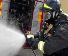 Focul i-a mistuit casa și i-a luat viața. Femeie de 85 de ani, găsită moartă de pompieri