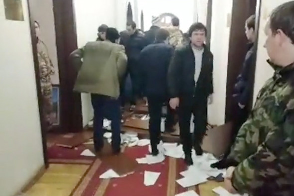 FOTO/VIDEO Clădirea administrației prezidențiale din Abhazia, luată cu asalt de protestatari