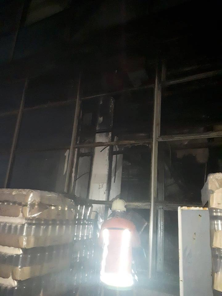 FOTO O uzină din capitală a fost cuprinsă de flăcări. 10 autospeciale au luptat cu focul