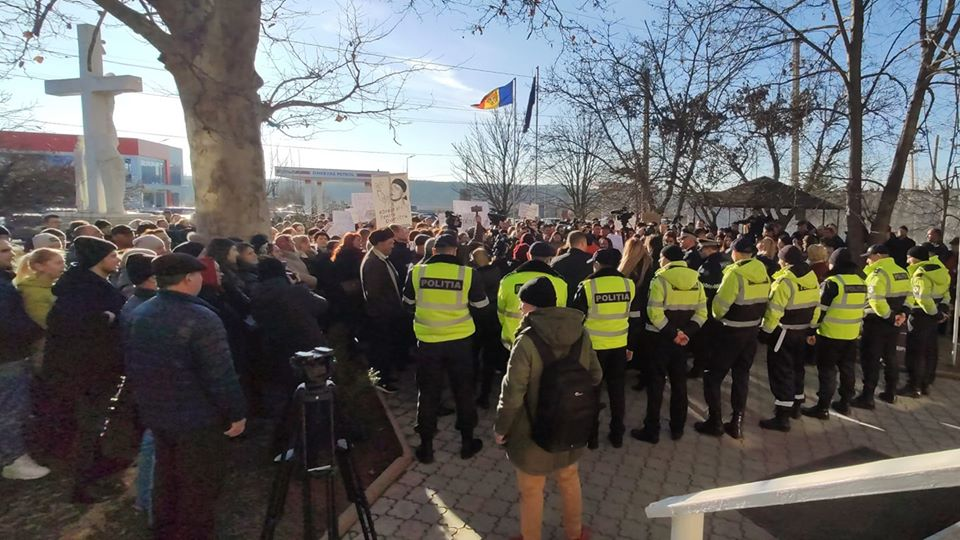 FOTO Protest la sediului Procuraturii Ialoveni și la sediul Inspectoratului de Poliție Ialoveni. Locuitorii satului Costești cer dreptate în cazul omorului lui Dumitru Jomir