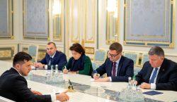 «Невремя расшатывать государство». Зеленский непринял отставку премьер-министра