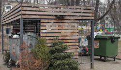 Spații verzi начали перерабатывать выброшенные новогодние елки в опилки. Из…
