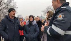 ВЕлизаветовке устроили протест из-за убийства местного жителя карабинером. Протестующие перекрыли…