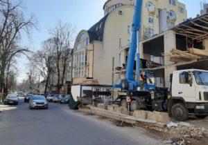 Вцентре Кишинева снесли ограждение здания. Больше 20лет пешеходам приходилось обходить его попроезжей части