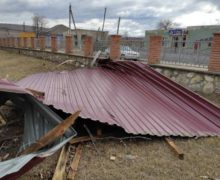 Как штормовой ветер валит деревья исрывает крыши домов в Молдове (ФОТО, ВИДЕО)