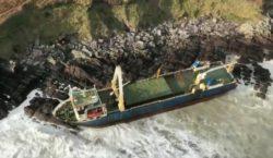 К берегам Ирландии прибило 80-метровый корабль-призрак. Он больше года дрейфовал…