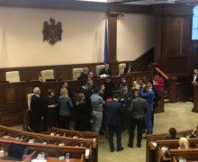 Депутаты блока ACUM заблокировали трибуну парламента Молдовы (ВИДЕО)