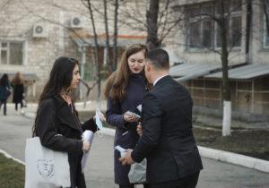 «Берегите здоровье!». Две тысячи медицинских масок бесплатно раздали риелторы ProImobil вКишиневе