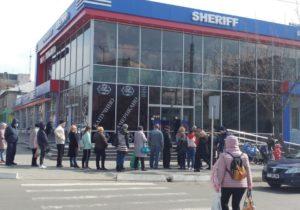 """Cozi la """"Sheriff"""", taximetriști fericiți și magazine de tutun deschise. Cum trăiește Tiraspolul în carantină. Reportaj NM"""