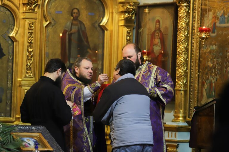 Mai mulți preoți au oficiat slujbe în interiorul bisericilor. Cum comentează Mitropolia Moldovei
