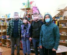 В Кишиневе волонтеры разносят обеды бездомным. Так они хотят помочь им пережить пандемию коронавируса