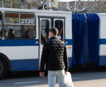 Troleibuzele și autobuzele din Chișinău – în afara ariei de acoperire. De ce le-au deconectat sistemul GPS și care este rolul banilor în acest sens